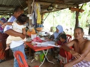 Mak Tam menuliskan resipi membuat MOL - Mikro Organisme Lokal