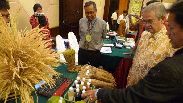 Padi SRI Selangor : Pak Lah Diiringi Oleh Prof Dr Wan Mohtar Wan Yusoff