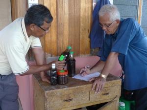 Pak Tam Memberi Panduan Penggunaan Produk SRI Kepada Tuan Haji Munir, Tebuk Jawa
