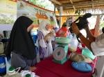 Pakai Sarung Tangan Plastik Untuk Sediakan IMO