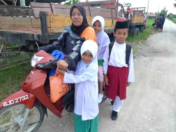Anak-anak  Yang Tinggal di Kawasan Sawah