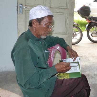Pak Imam Membelek Buku Panduan Produk SRI Organik
